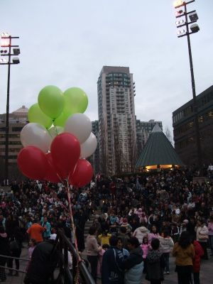2008 - crowd_with_ballon.jpg