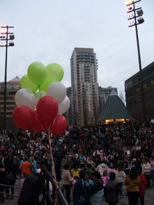 c54-crowdwithballon.jpg